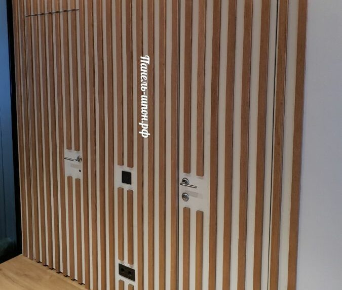 Реечные панели на стене в прихожей