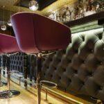 Мягкие панели с каретной стяжкой на барной стойке