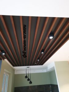 реечный потолок орех