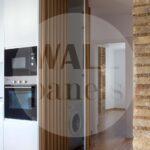 скрытый шкаф за стеновыми панелями на кухне