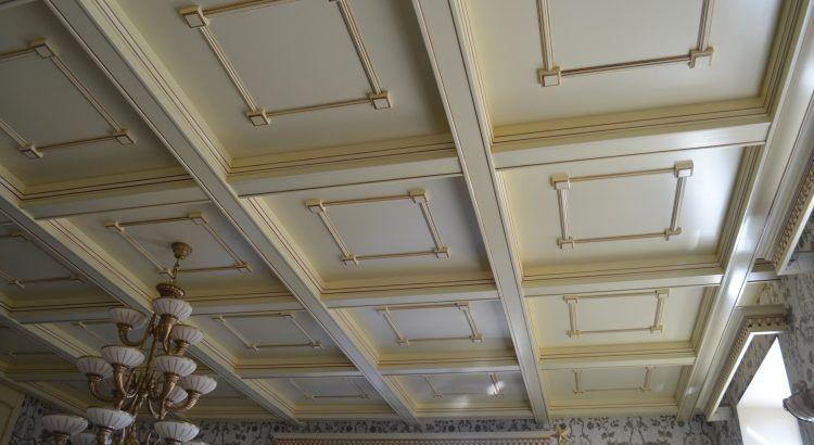 Кессонный потолок с массивом